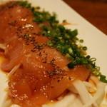 闘魂居酒屋 鉄人 - 地鶏の刺身にんにく醤油づけ