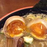 節系とんこつらぁ麺 おもと - これもドンピシャな黄身状態でしたね〜。