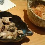 """いなせ 寅""""衛門 - お通しのレンコンチップとバイ貝の煮付け"""
