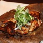 産直鮮魚と個室 葉隠 心斎橋店 - 鶏の朴葉焼き