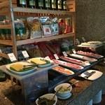 Radisson Blu - 料理写真:フィリピンスタイルの洋食から本格的なカレー、中華や寿司まで揃えてある