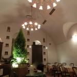 ラパン - 天井が高くてシャンデリアが良い感じ。