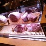 焼肉トラジ - 内観:レジ横のお肉たち