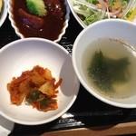 焼肉トラジ - キムチ、ワカメスープ、サラダ