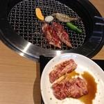 焼肉トラジ - ハラミ、海老、カボチャ、シシトウ、餅 on 焼き網/カルビ on お皿