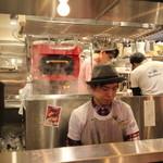 torippaio - オープンキッチンです。ツジ・キカイさんのピザ釜。