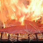 酔鯨亭 - 本場、高知のワラ焼きタタキを是非、塩・ポン酢にてご賞味ください♪「酔鯨亭」では、店頭でカツオをわら焼きしています♪