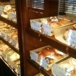 モンタナベーカリー - 店内   販売用のパン