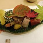 八寸(赤こんにゃく、出し巻き、タコの柔らか煮、巻き寿司、平目の昆布締め、甘栗、鴨味噌漬け、すずき南蛮漬け、くもこ、水菜ベーコン)