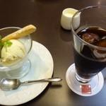 44861849 - 甘党主人は「グラス・アラ・クレーム(600円内税):アイスは2種類選べます」とアイス珈琲をオーダー。