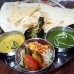 本格インド料理 MINA - 左は野菜のカレー、右はほうれん草とチキンのカレー