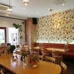 Cafe Lychee - 全31席 10人がけ大テーブル有。