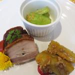 SESSION - 【昼】前菜の盛り合わせ。                             焼肉とチャーシュー・きゅうりのニンニク炒め・茄子の肉味噌の冷菜。                             皮がカリカリの豚バラチャーシューうまし!