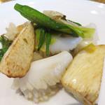 SESSION - 【昼】イカとマコモ茸と空芯菜の炒め物。                             中華にありがちなイカの炒め物ですが、味付けが上質でいいです。