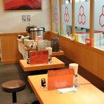 六厘舎 - 店内テーブル席と朝定食セルフ食べ放題