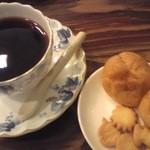 里庵 - 料理写真:ある日のコーヒー250円+おまけのおかしにおっとっと