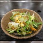 44875031 - レタス、水菜、赤タマネギ、ニンジン、コーンのサラダアップ