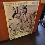 オステリア ヴィン カフェ - 店内には懐かしいポスターが!