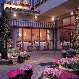 クラシカルな歴史ある洋館と、鮮やかな花々に囲まれた庭園の融合