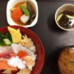 まぐろ基地 - ちらし寿司定食(¥950)