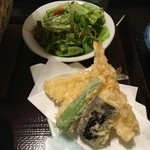 男爵亭 - 鍋焼きうどんの天ぷらとサラダ
