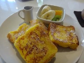YAMAZAKI COFFEE - フレンチトースト・・フレンチトースト3切れとフルーツが盛合され、メープルシロップが添えられています。