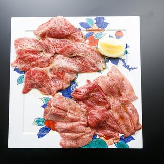 鮮度の良い生肉を一枚づつ手切りで切り出すとろけるお肉。
