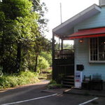 丘の家 - 森を抜けると見える水色の家が、丘の家です。