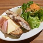 マザームーンカフェ - スモークハムとコンテチーズのサンドウィッチ 自家製カントリーブレッドで (サラダ付き)