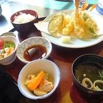 喜船 - 天ぷら定食はエビ2匹とサーモンの天ぷら!あとは野菜だけだった^^;
