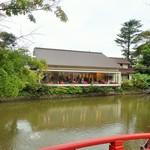 風の杜 - 平家池からのカフェの全貌