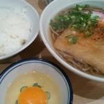 あづま - たぬき(狐そば)400円+ごはん小180円+生卵50円=630円