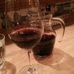 メルシー食堂キャトル - 1人でも使いやすい。カラフェの赤ワイン。