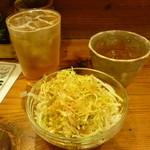 とりや、圓 - 梅酒ソーダ割りとロック、お通しのキャベツ