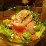 とりや、圓 - 自家製生ハムスモークとフルーツトマトのサラダ