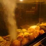 貝料理 吟 - 店内に生簀を置き常に新鮮な貝を提供致します。