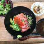 44930602 - 炙りサーモンといくらのアボカド丼 1280円