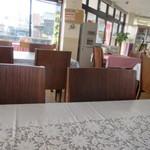 お食事処 なごみ - レストランは一階の店舗の半分位の広いスペースを確保してありゆったり感があります。