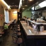 拉麺福徳 - カウンター8席。テーブル16席。落ち着いた店内です。