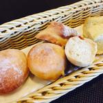 ピーニャ アルテッツア - 自家製パン3種