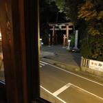 44940465 - 窓から見える弥彦神社の鳥居