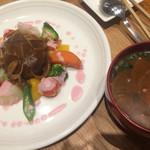 キュイジーヌ・エ・サンテ・リマ - メインのハンバーグとお味噌汁
