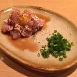 炭火鶏焼肉 しんざん - コーチンユッケ580円