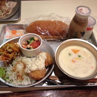 あくびカフェー - 本日の給食はエビカツとカレー風味の切り干しと大豆のサラダとコーンシチュー