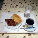 ポラリス - クロワッサン180円、ツナトマトチーズフォカッチャサンド200円、コーヒー300円