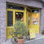 44949874 - 南イタリアの明るい陽射しを連想させるイエローに彩られたかわいい店1