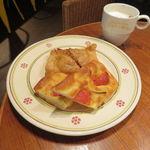44949876 - フレッシュトマトのフォカッチャ、ルスティコ(ミート・パイ)&カプチーノ