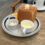 44950444 - サイコロトースト+コーヒー(¥400)                       サイコロトースト+青リンゴスカッシュ(¥490)