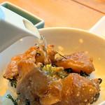 福太郎 - 無料の2杯目のご飯を注文して、鯛をトッピングした後、 お出汁を投入して、『鯛茶漬け』の完成形です。