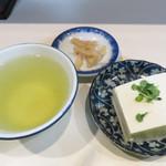 44951722 - 定食は1種類。カウンターには既に前菜セットが用意されてます。                       冷奴・漬物・お茶。